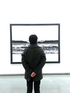 絵画を眺める後ろ姿